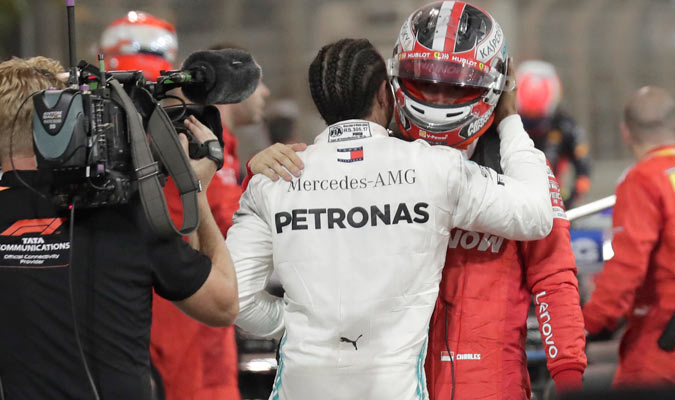 El inglés trató de consolar a Leclerc y lo felicitó por su tercer lugar/ Foto AP