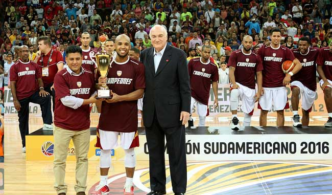 Gregory Vargas recibe el trofeo de Más Valioso / Foto AVS Photo Report