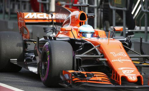 El piloto de McLaren, Fernando Alonso, de España, conduce su coche por el pit lane durante la segunda sesión de prácticas del Gran Premio de Australia en Melbourne / Foto:AP