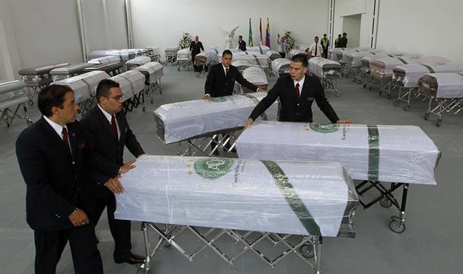 Trabajadores de la funeraria San Vicente sacan los féretros para ser llevados al aeropuerto./EFE