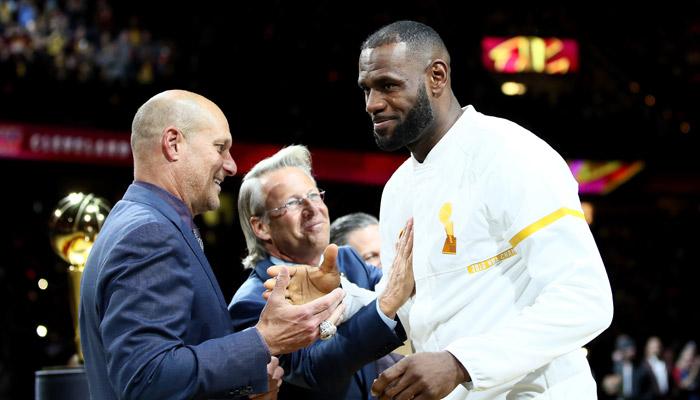 LeBron James recibió el anillos con los gritos de MVP /Foto AFP