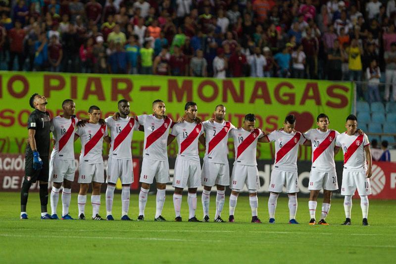 La selección de fútbol de Perú durante los actos de protocolo previos a su partido contra Venezuela / Foto: EFE