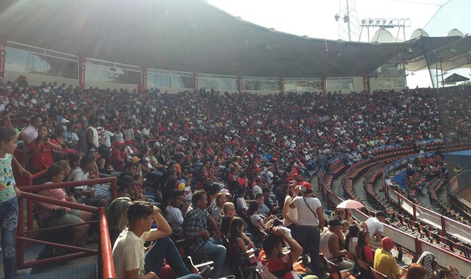 El estadio se llenó para rendirle tributo a los dos peloteros/ Foto Prensa Lara