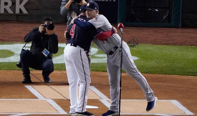Dave Martinez y A.J. Hinch se saludan antes del duelo/ Foto AP