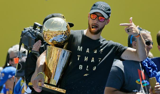 Curry se gozó la celebración del equipo / Foto AP