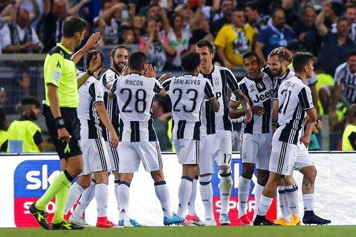 Tomás alzó su primer trofeo en el fútbol europeo / Foto AP