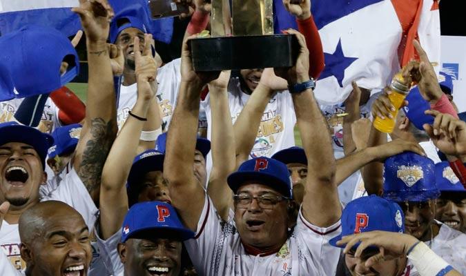 El coach Manuel Rodríguez alzando el título de la Serie del Caribe/ Foto AP