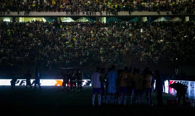 Los futbolistas permanecieron en el campo, pese al bajón de luz / Foto EFE