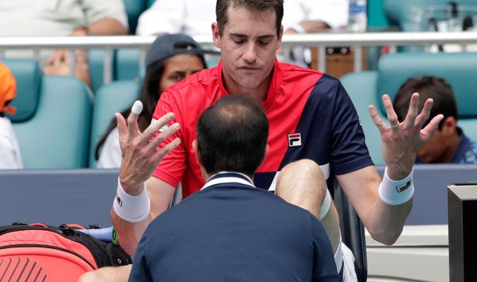 El norteamericano tuvo que recibir tratamiento médico en el segundo set/ Foto AP