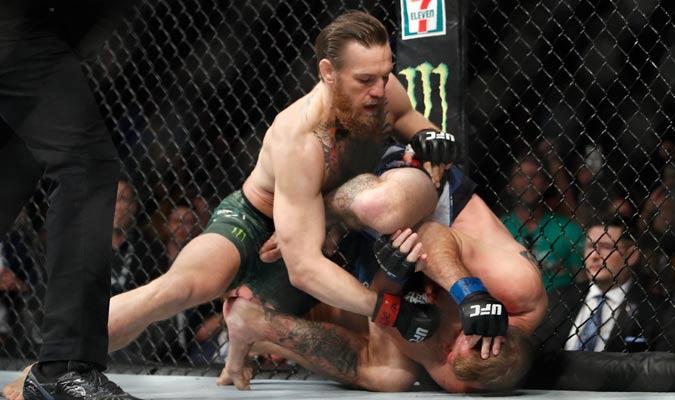 McGregor acabó la faena con certeros golpes en el piso/ Foto AP