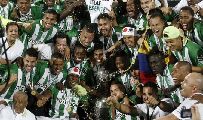 Guerra celebrando la conquista de la copa con el tricolor nacional