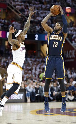 """De los Pacers de Indiana Paul George, dispara sobre el """"4"""" de los Cleveland Cavaliers Iman Shumpert en la segunda mitad del Juego 2 de la serie de playoffs de la NBA de baloncesto de primera ronda"""