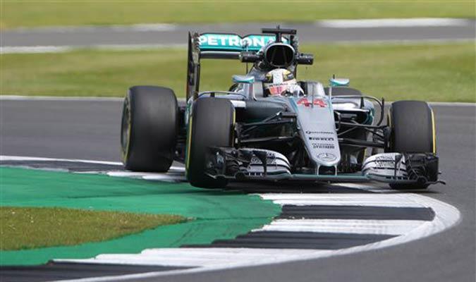 Lewis Hamilton prueba los límites de la pista / Foto AP