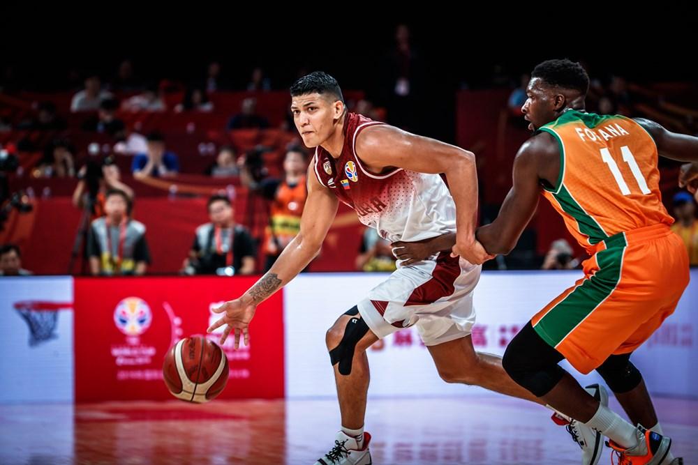 Zamora conduce el balón/ Foto fiba.basketball.es