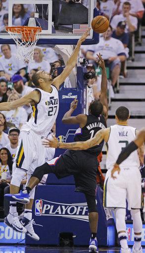El centro de los Jazz de Utah, Rudy Gobert, bloquea el tiro del delantero de Los Ángeles Clippers, Luc Mbah, durante la segunda mitad del cuarto partido de la serie de playoffs de primera ronda de la NBA