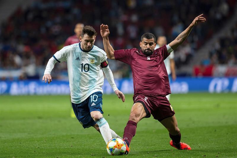 El delantero de la selección de Argentina, Leo Messi (i), disputa el balón ante el centrocampista de Venezuela, Tomás Eduardo Rincón, durante el encuentro amistoso que disputan esta noche en el estadio Wanda Metropolitano, en Madrid/ Foto: EFE