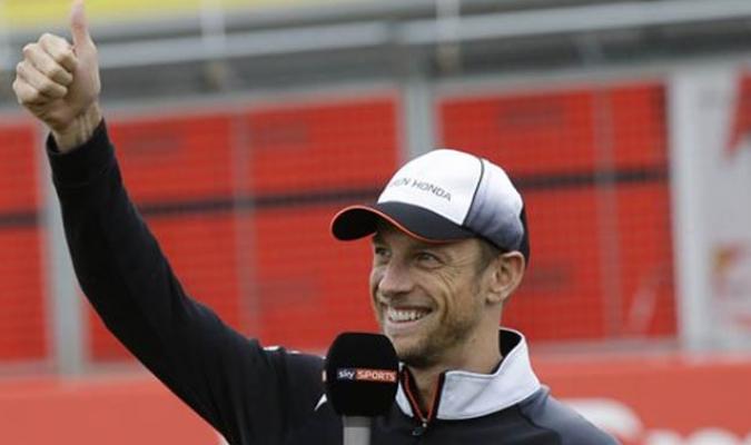 Jenson Button saludó a los aficionados en Silverstone / Foto AP