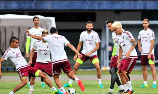 Los jugadores realizaron trabajos sobre el cesped del Metropolitano