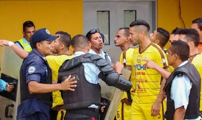 Jugadores y parte del CT se enfrentaron con la policía Regional en pleno partido | Foto: Rafael Araujo