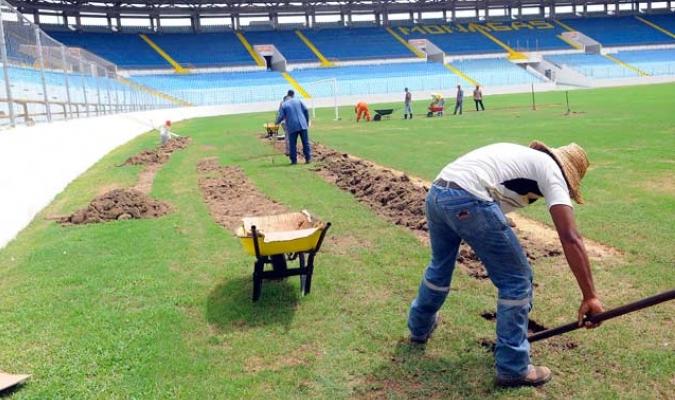 De esta forma preparan la grama del monumental / David Urdaneta
