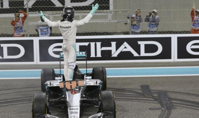 El alemán consiguió su primer título en la Fórmula 1 en una vibrante carrera /Foto AP