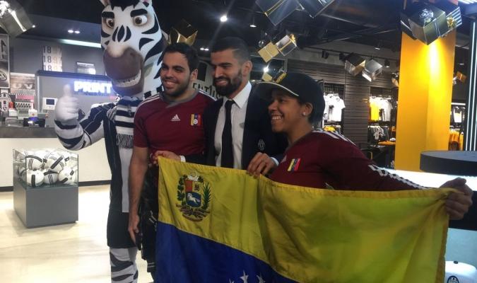 Rincón comparte con aficionados venezolanos | Foto: Juventus