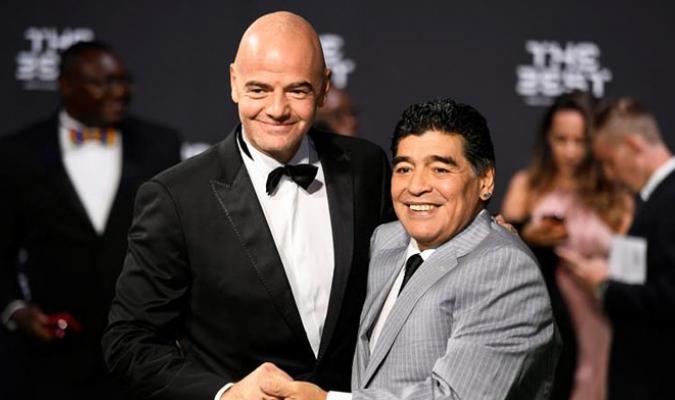Gianni Infantino, presidente de FIFA, y el exfutbolista argentino Diego Armando Maradona /Foto EFE