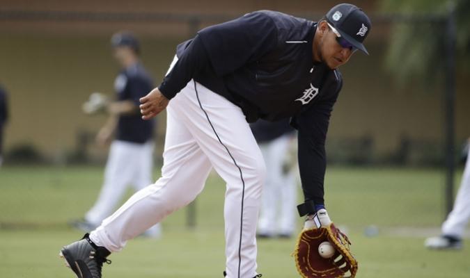 Miguel Cabrera toma roletazos en la inicial /Foto AP