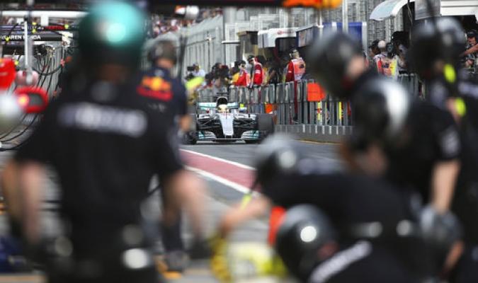 Mecánicos asisten al piloto de Mercedes, Lewis Hamilton de Gran Bretaña y cambian sus neumáticos durante la segunda sesión de prácticas para el Gran Premio de Australia en Melbourne / Foto:AP