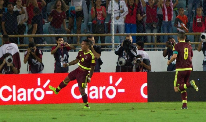 El jugador de Venezuela Rómulo Otero celebra tras anotar un gol contra Perú durante su partido por las eliminatorias al mundial de fútbol Rusia 2018 en el estadio Monumental de Maturín (Venezuela) / Foto: EFE