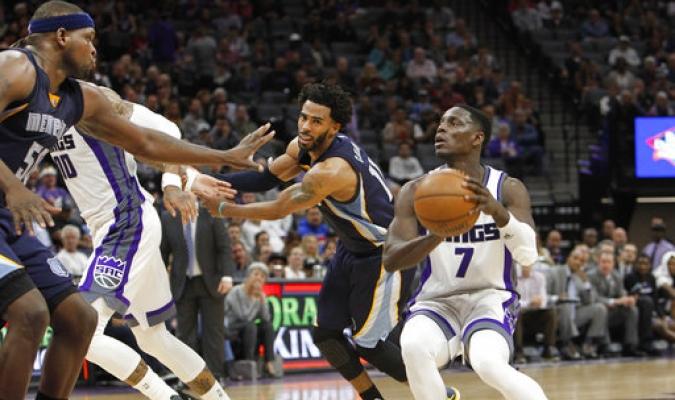 Darren Collison de los Kings de Sacramento se establece para un tiro contra los defensores Zach Randolph de los Grizzlies de Memphis y Mike Conley, centro izquierda, durante la segunda mitad de un partido de baloncesto de la NBA en Sacramento, California.