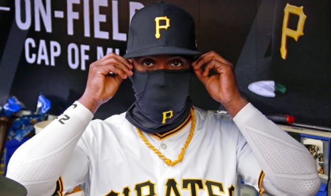 De los Piratas de Pittsburgh Andrew McCutchen se prepara para tomar el campo contra Atlanta