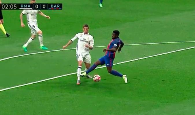 El Real Madrid reclamó un posible penalti de Samuel Umtiti a Cristiano Ronaldo en la primera acción del partido, con apenas un minuto de juego. Umtiti pudo golpear la pierna izquierda del portugués. Fue la primera gran jugada polémica de este Clásico. | Foto: Eurosport