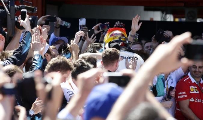 Hamilton consiguió la victoria y de inmediato fue a celebrar /Foto AP