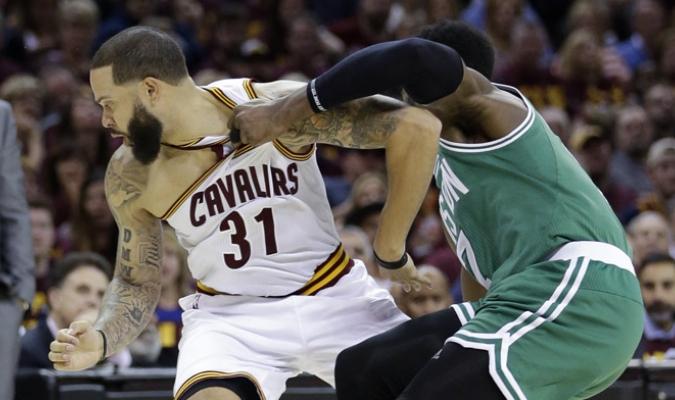 Boston consiguió una sorpresiva victoria en Cleveland /Foto AP