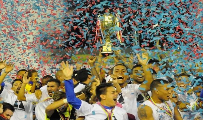 Monagas levanta su trofeo de campeón | Foto: David Urdaneta