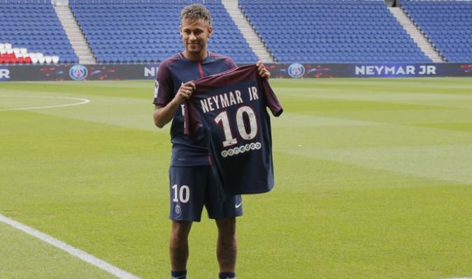 El brasileño se colocó su nueva camiseta el número 10 /Foto AP