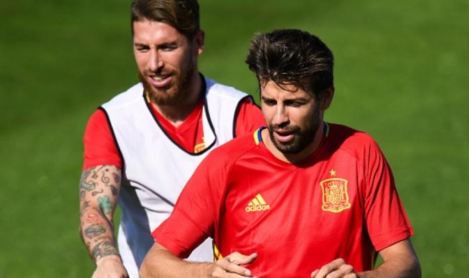 Los jugadores del Madrid defienden de Piqué  fc128763c9227
