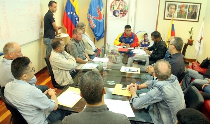 Pedro Infante (centro) se reunió con los gerentes de los ocho equipos de la LVBP | Prensa Mindeport