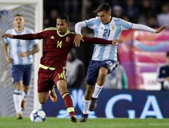 Herrera cubriendo el balón ante Dybala/ Foto EFE