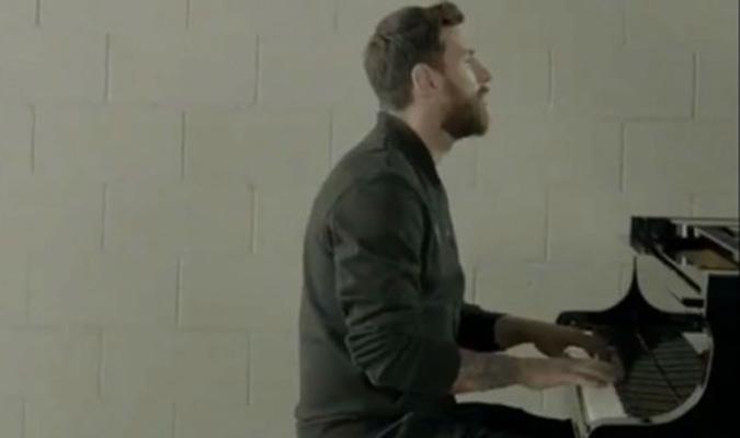 Messi mostrando sus dotes con el piano