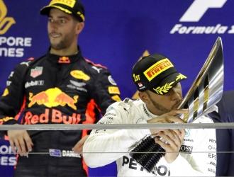 Hamilton besa el trofeo /Foto AP