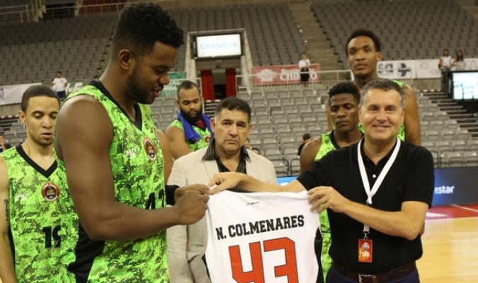 Néstor Colmenares (I) le entregó su camisa | Prensa Guaros