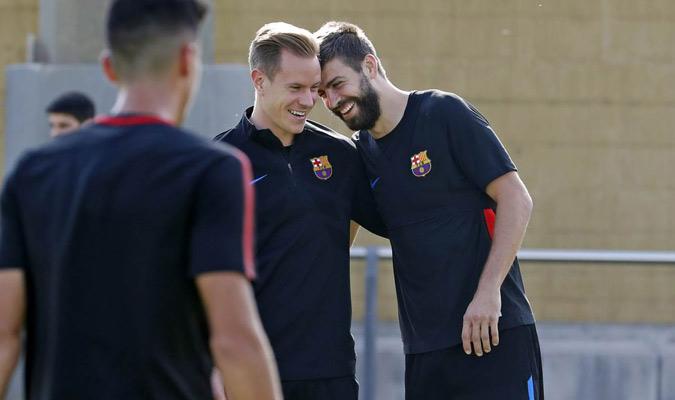 Ter Stegen y Piqué durante la práctica/ Foto @FCBarcelona_es