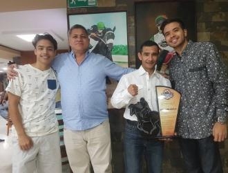 Ángel Alciro Castillo y su hijo, junto a la directiva del MixMax | Prensa Mix Max