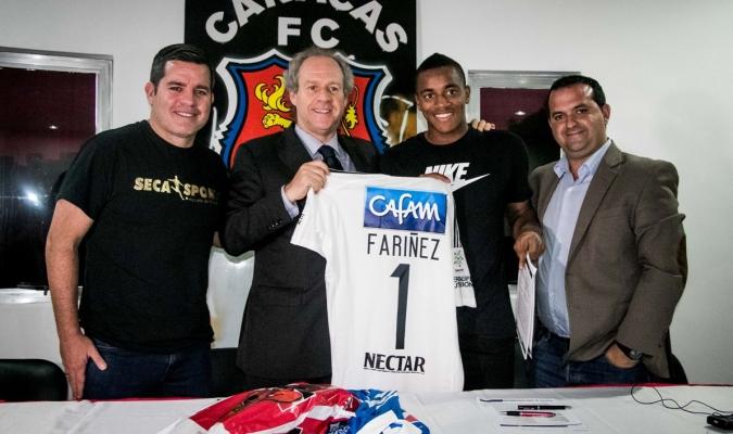 Wilker posó con su nueva camisa / Prensa Caracas FC