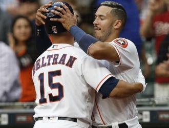 Carlos Beltrán y Carlos Correa / AP
