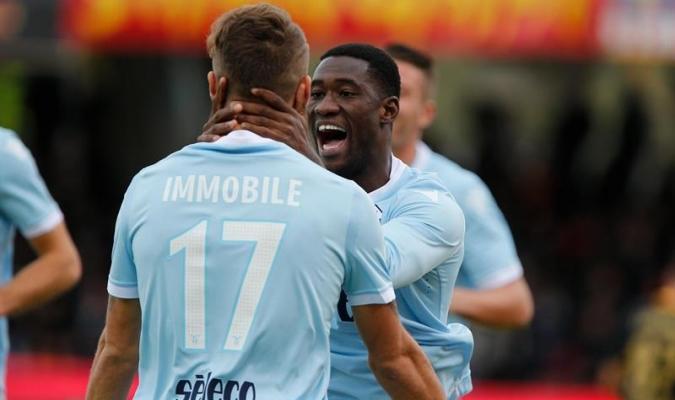 Immobile y Bastos, ambos goleadores, celebran uno de los tantos   EFE