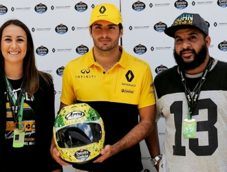 Sainz entregó un casco inspirado en el fallecido piloto / Foto Agencias
