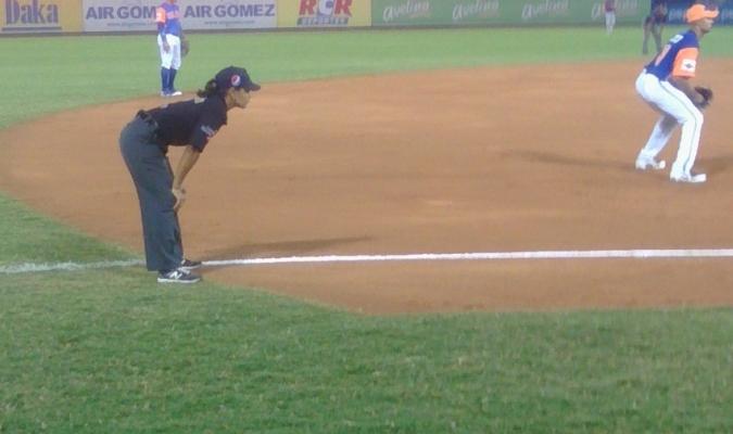 Estuvo como árbitro de tercera base en el cotejo de luminarias| @VucCaracas